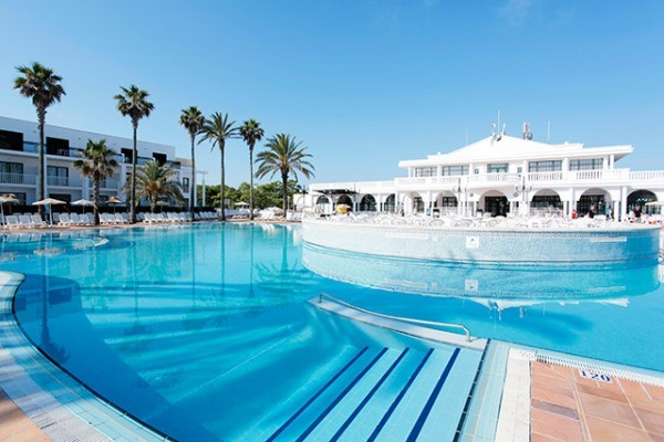 Hotel family life mar de menorca 3 toiles minorque mahon for Piscine baleares